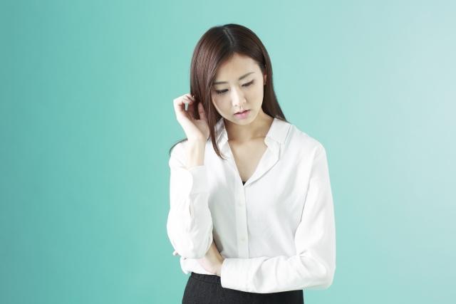 反省する女性