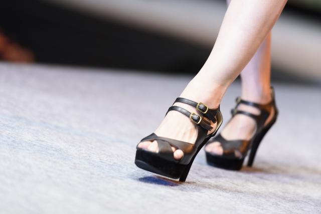 綺麗な歩き方をする女性