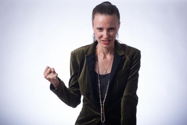 怒りをあらわにする女性
