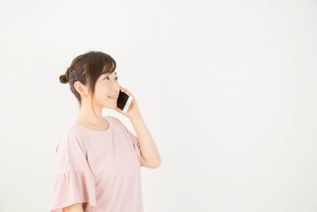 電話でドタキャンを伝える女性