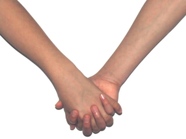 手を繋ぐカップル