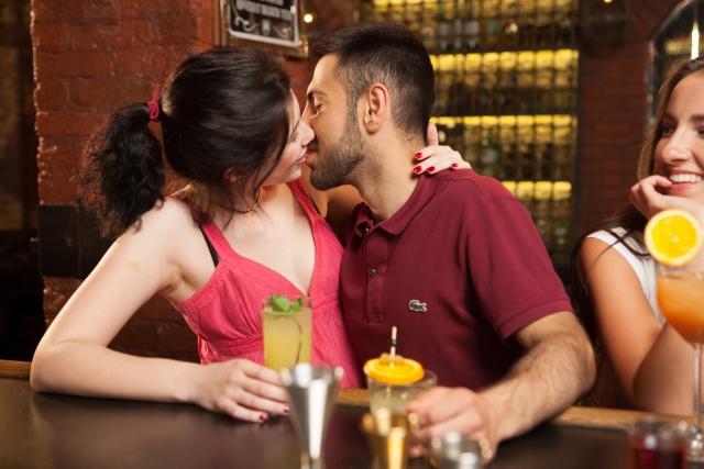 表情金を頻繁に動かしてキスをするカップル