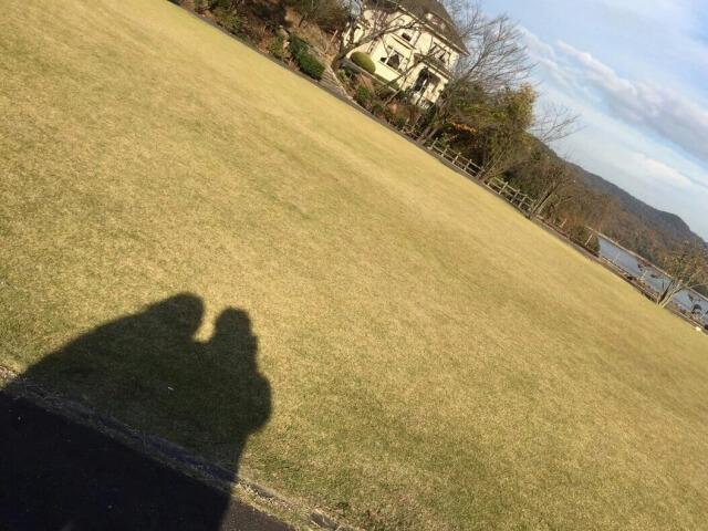 風景をバックに自撮りするカップル