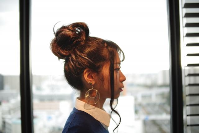髪型にこだわりを見せる女性