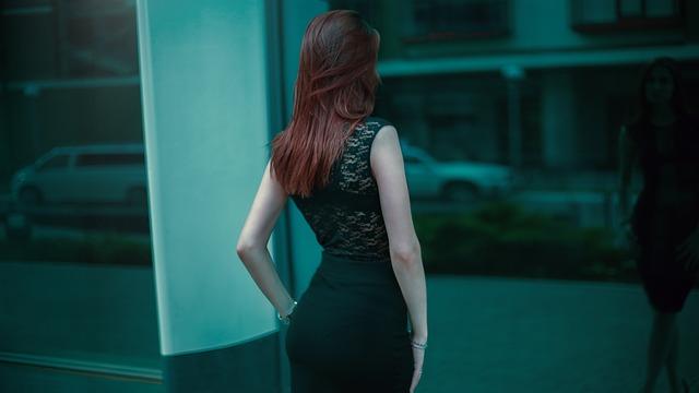 暗い茶髪の女性