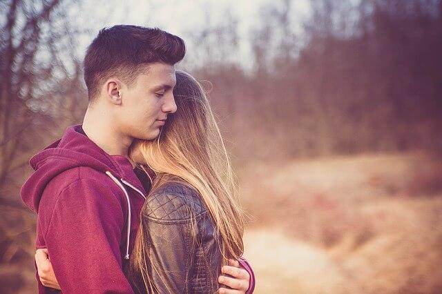 正面から抱き合うカップル
