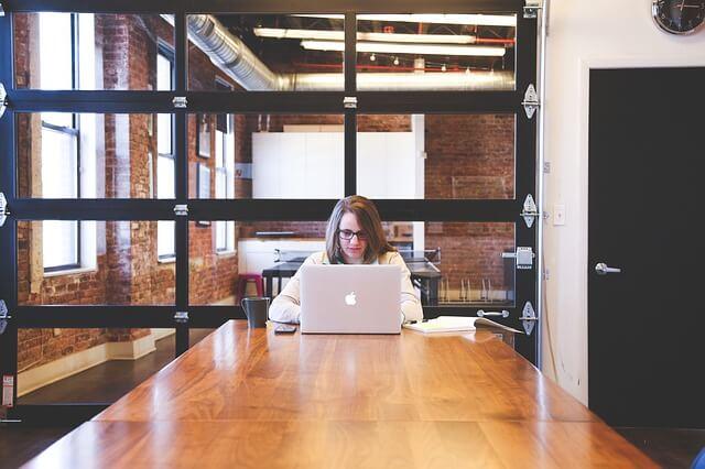 集中して作業する女性