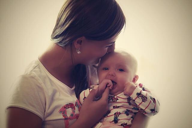子供を抱きかかえる女性