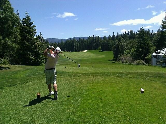 ゴルフを楽しむ彼氏