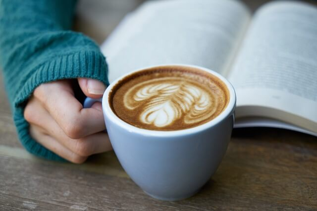 カフェで本を読む女性