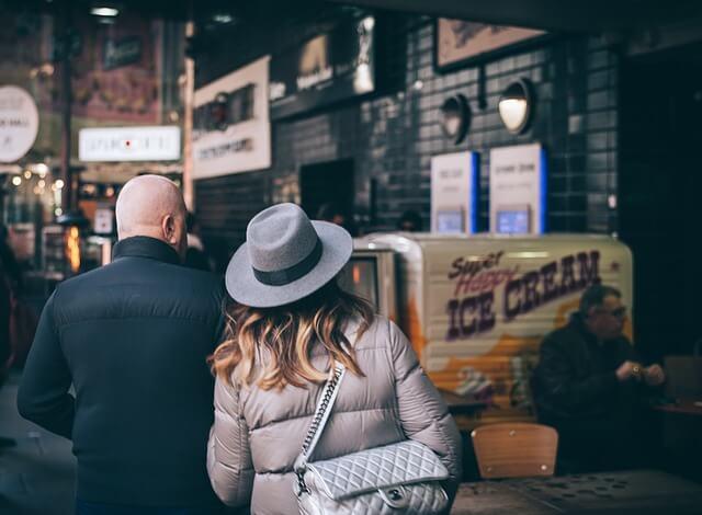 知らない駅周辺を散歩するカップル