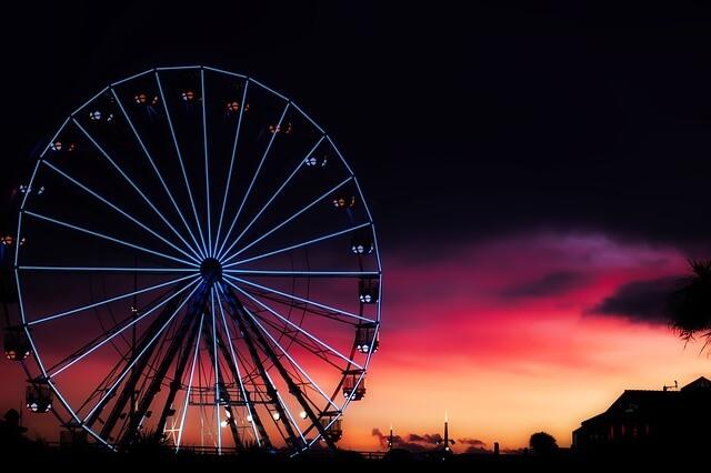 ロマンティックな夕方の遊園地
