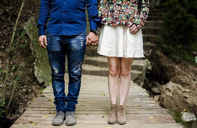 真横にくっついて歩くカップル