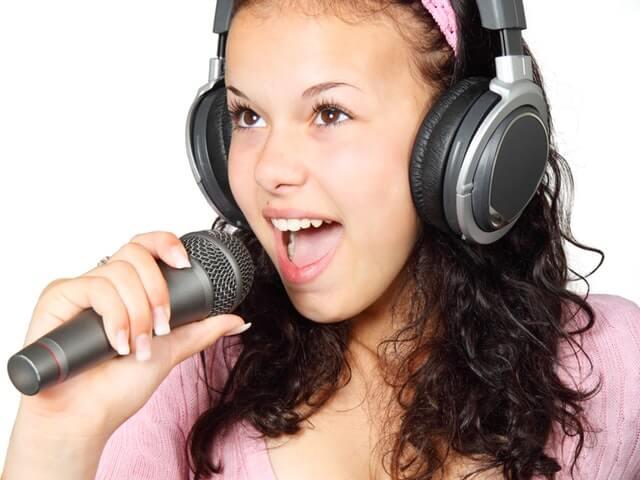 デュエット曲を歌う女性