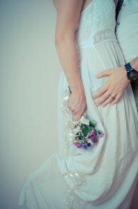 マタニティウエディングで可愛いドレスを着る女性