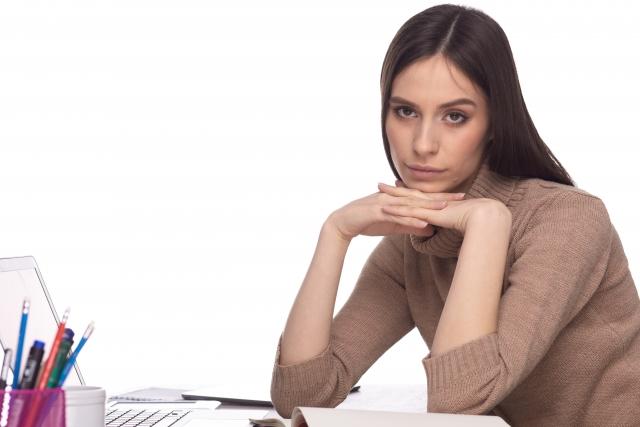 勉強に悩みを抱える女性