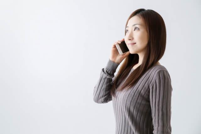 電話で寂しさを紛らわせる女性