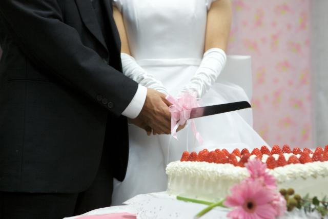 出産後に結婚式を挙げる夫婦