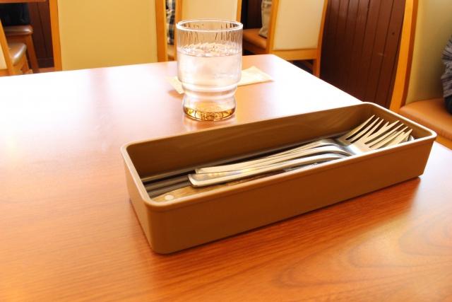 ファミレスのテーブル席