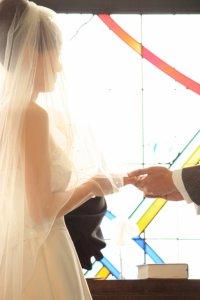注目を集める花嫁の二の腕