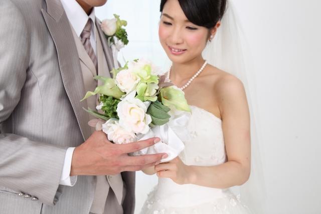 結婚して幸せになるカップル