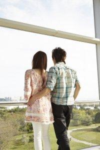 ゆっくりお互い歩み寄るカップル