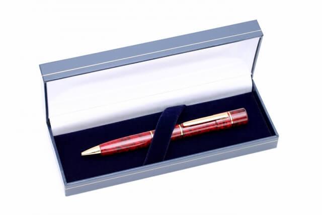 高級ペンを贈る女性