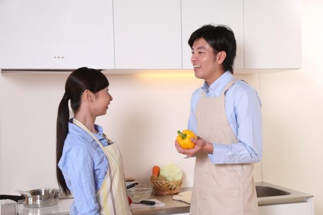 2人で料理を作るカップル