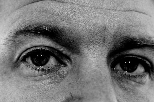 女性のからの視線を訝しげに見る男性