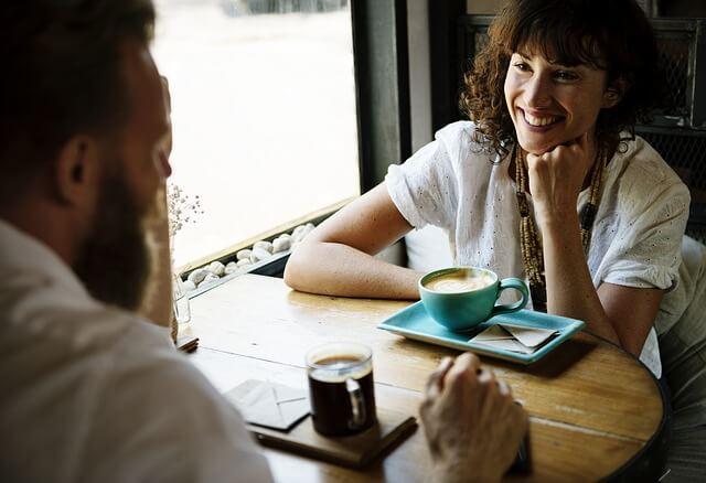 笑顔で友人と会話する女性