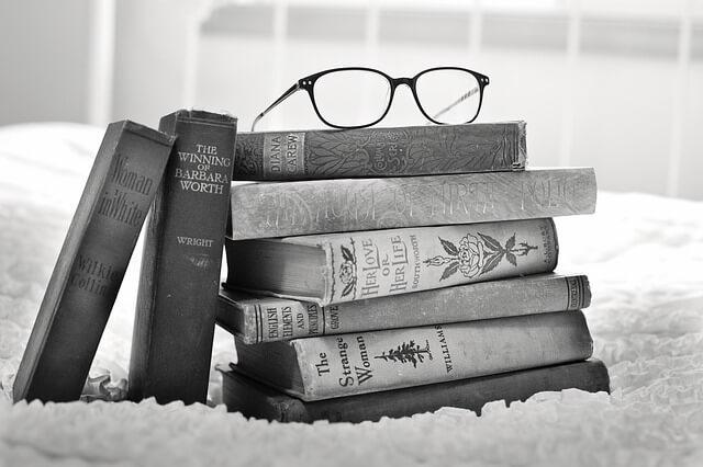 好きな本を読む女性