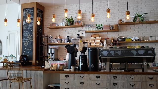 カフェで話し合うカップル
