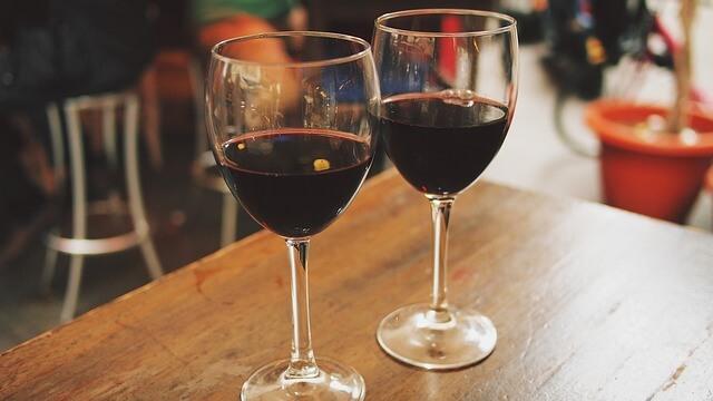 お酒を飲みながら話し合うカップル
