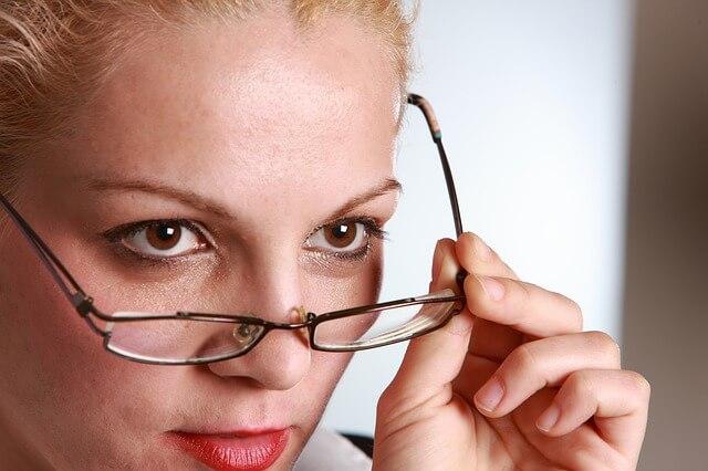 離婚について専門家に相談する女性
