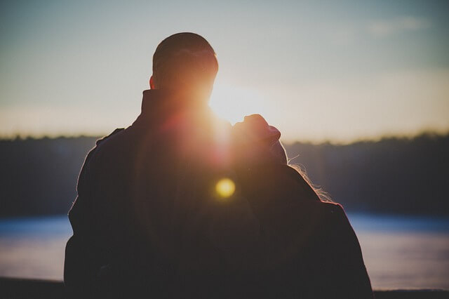 デートでキスするカップル