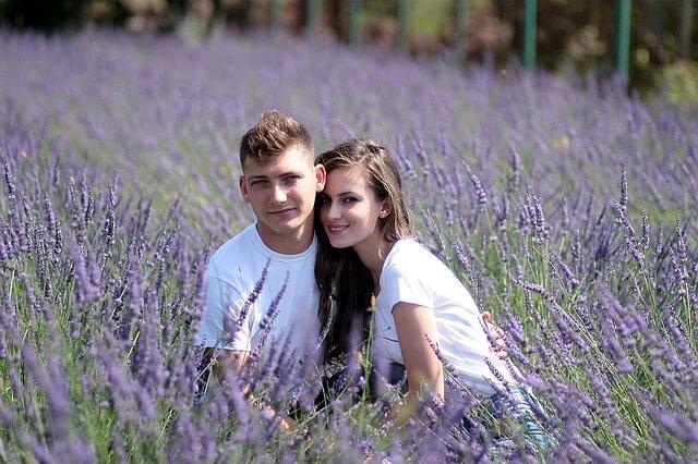 お花畑で散策するカップル