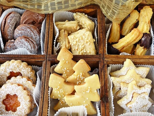 手作りクッキーを渡す女性