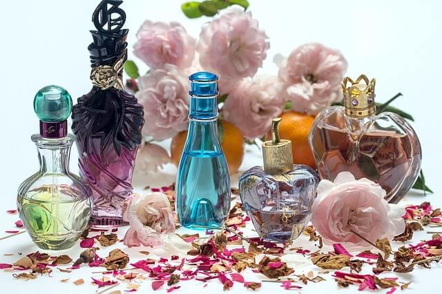 香水を変える女性