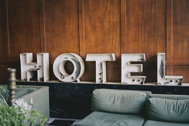近くのホテルを予約するカップル