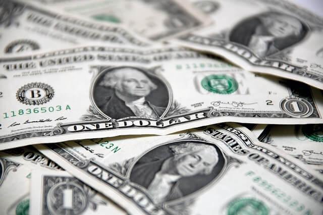 お金に不安を抱える女性