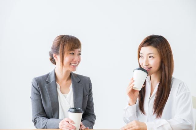 友人と談笑する女性