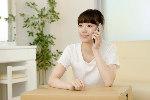 電話で男性と話す女性
