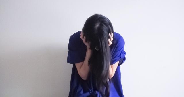 気が済むまで泣く女性