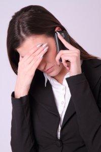 電話で謝る女性