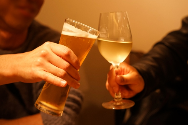 飲み会のワインとビール