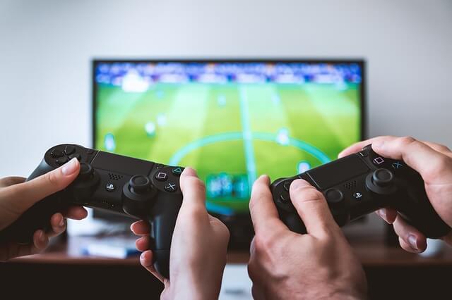 テレビゲームをするカップル