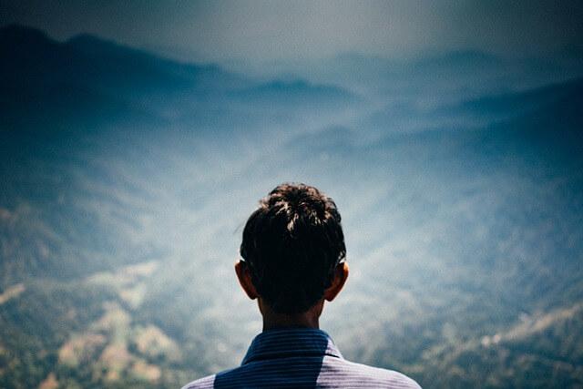 孤独に向き合う男性