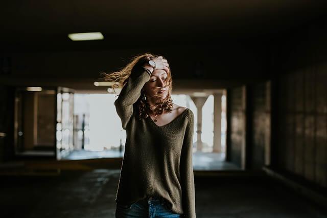 物騒な事件に思い悩む女性