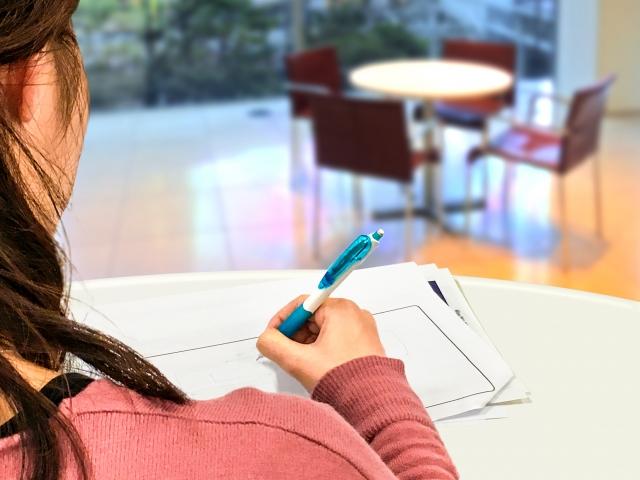勉強を頑張る女性