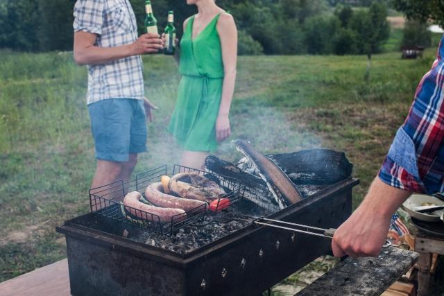 BBQで彼と親しくする女性